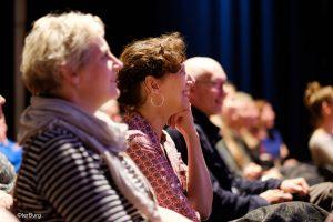 publiek kijkt naar lezing en voorbeelden van Gert de Graaff